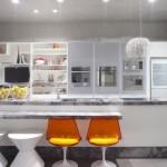 Freezer, geladeira e outros eletrodomésticos embutidos proporcionam amplitude ao ambiente