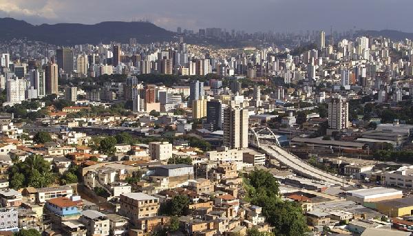 A capital de Minas Gerais tem quase 2,5 milhões de habitantes e natureza divide espaço com prédios modernos e históricos (Foto: CVC)