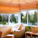 Esta cortina de bambu combina a cor com a decoração