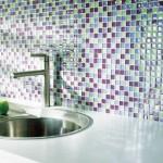 Cozinhas modernas decoradas com pastilhas de vidro coloridas