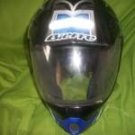 É importante que o capacete tenha viseira e que seja transparente para boa visualização.