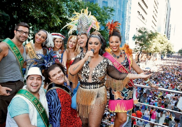 Bandas e cantores famosos se apresentam para deixar o Carnaval ainda mais empolgante (Foto: MdeMulher)