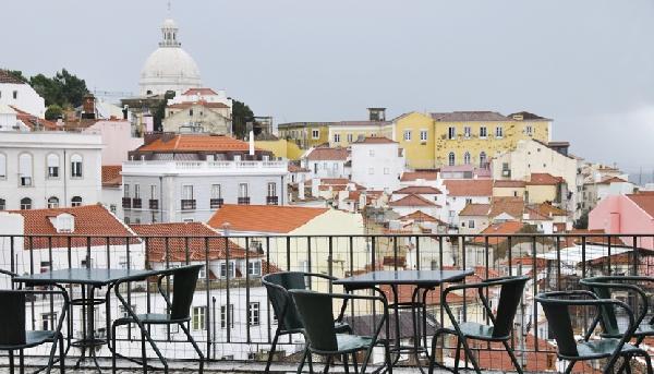 Mirante Portas do Sol, no bairro de Alfama, um dos mais tradicionais da cidade (Foto: CVC)