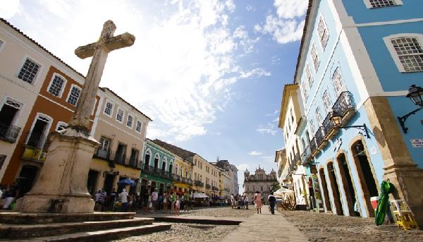 O Pelourinho é uma das atrações mais tradicionais de Salvador, com casas coloniais coloridas, restaurantes, bares e lojas  (Foto: CVC)