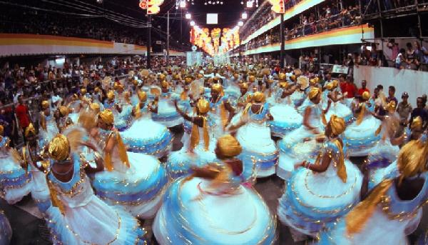 O Carnaval mais famoso do mundo fica no Rio de Janeiro e atrai milhares de foliões todos os anos (Foto: CVC)