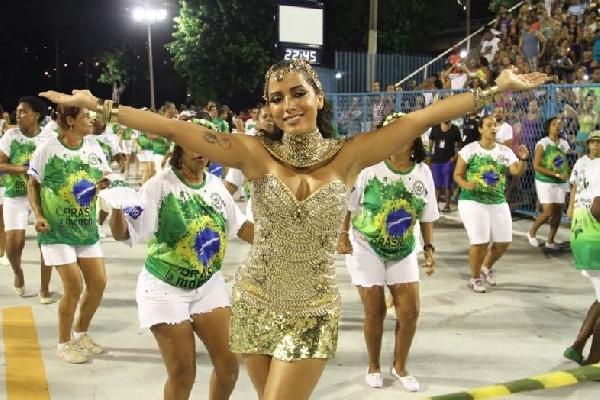 Os foliões se divertem com as escolas de samba na passarela (Foto: MdeMulher)