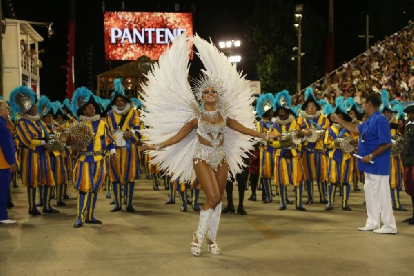 Fantasias gloriosas desfilam na Marquês de Sapucaí no Rio de Janeiro (Foto: MdeMulher)