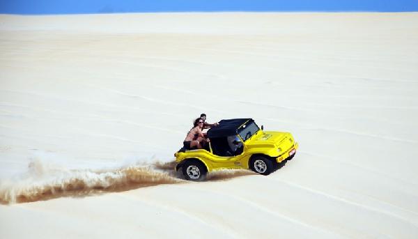 As dunas de areia favorecem inúmeras atrações, como o passeio de jeep (Foto:CVC)