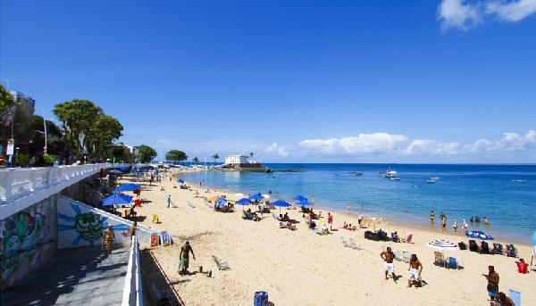 Calçadão da Barra  com vista para o Farol da Barra e a Praia do Porto(Foto: CVC)