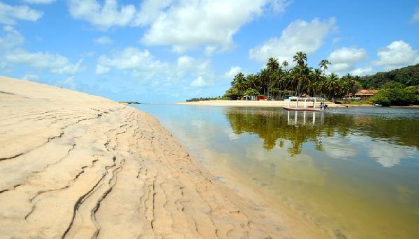 Dunas de Marapé, cuja praia é marcada pelo encontro das águas da lagoa de Jequiá com o mar (Foto: CVC)