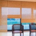 A cortina de bambu é facil de colocar e muito pratica