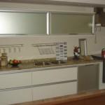 A cozinha branca se destaca com os eletrodomésticos embutidos