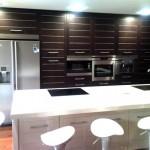 Para móveis em madeira escura os eletrodomésticos embutidos brancos ou prata proporcionam leveza ao ambiente ambiente