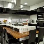 Preto, prata e branco combinações perfeitas de cores em uma cozinha com eletrodomésticos embutidos