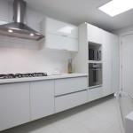 Uma cozinha clin, perfeita com os eletrodomésticos embutidos