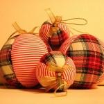 Bolinhas de Natal encapadas com tecido. (Foto: Divulgação)