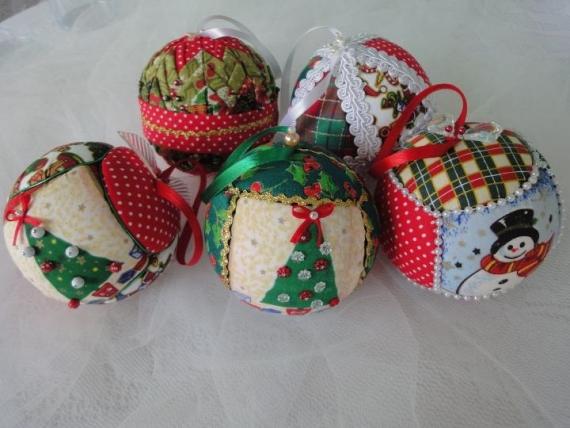 Bolas de tecido para árvore de Natal (Foto: Divulgação)