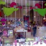 Decoração simples com anjos coloridos perfeita para lojas de presentes. (Foto: Divulgação)