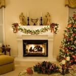 Sala com lareira decorada para natal. (Foto: Divulgação)