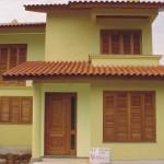 casa com janela de madeira 1