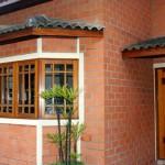 casa com janela de madeira 2