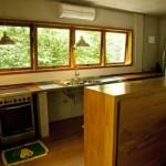 casa com janela de madeira 3