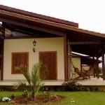 casa com janela de madeira 4