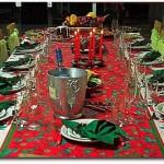 Toalhas vermelhas e guardanapos verdes ou dourados combinam com a ocasião (Foto: Divulgação)