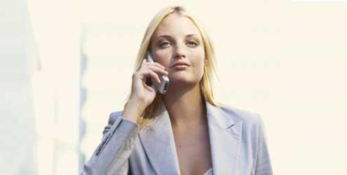 A recepcionista de eventos deverá saber atender ao telefone (Foto: Divulgação MdeMulher)