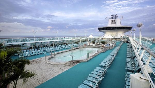 Os turistas podem se divertir no convés do navio (Foto: CVC)