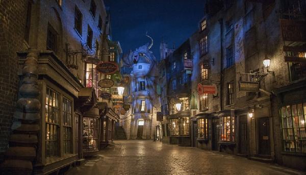 Um dos maiores destaques do Universal Studios é o Beco Diagonal, com detalhes fiéis à história de Harry Potter  (Foto: CVC)