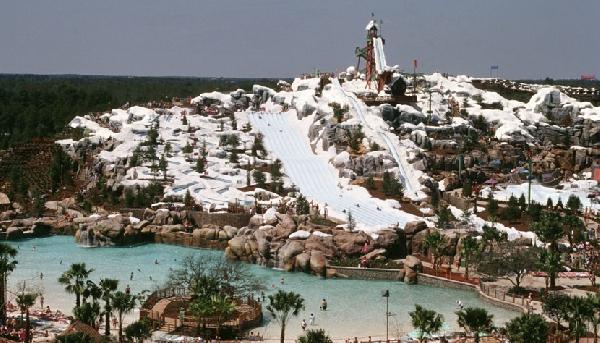 O parque aquático Blizzard Beach parece estar sempre coberto de neve (Foto: CVC)