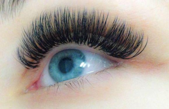 Repare como os cílios postiços realçam o olho (Foto Ilustrativa)