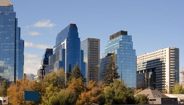 Santiago é uma metrópole de 6 milhões de habitantes e muitos prédios luxuosos (Foto: CVC)