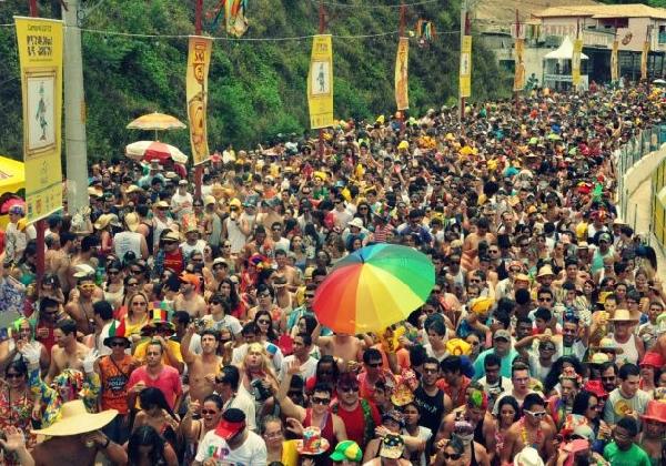 Milhares de foliões vão para as ruas se divertir (Foto: MdeMulher)