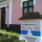 Caixa de correio feita de alvenaria com formato de casa