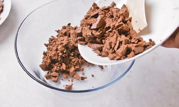 Coloque o chocolate picado para derreter  (Foto Divulgação: MdeMulher)