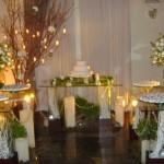 Flores e luzes compoem a beleza da decoração