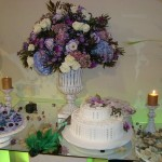 Decoração com flores em tonalidades de lilaz e branco