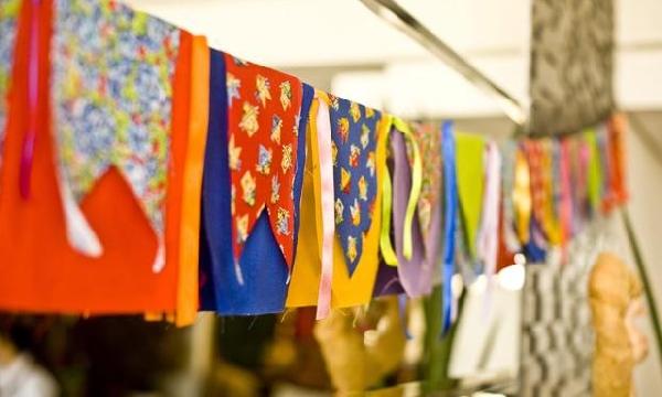 Bandeirinhas ajudam a decorar a festa (Foto: Divulgação)