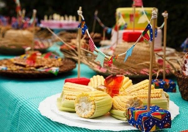 As bandeirinhas dão um charme especial à decoração da mesa (Foto: Divulgação)
