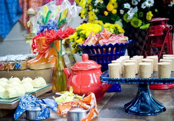 Objetos coloridos e flores decoram a mesa da Festa Junina (Foto: Divulgação)