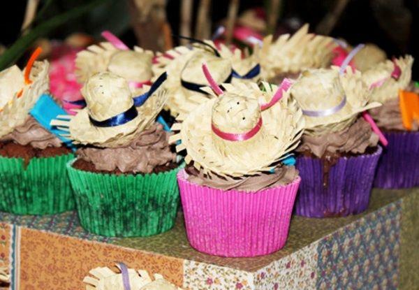 Os docinhos decorados com chapéu de palha dão um toque especial a decoração Junina (Foto: Divulgação)
