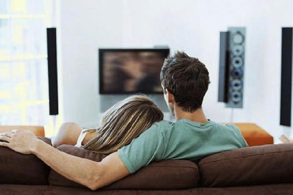 Fazer um programa, mesmo que em casa só os dois já vale a pena o Dia dos Namorados (Foto: Divulgação MdeMulher)
