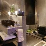 As flores podem ser naturais ou artificiais que deixam o banheiro com mais sofisticação