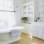 Banheiro branco com flores para alegrar o ambiente