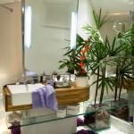 Tendencia atual de cores e flores na decoração de banheiros