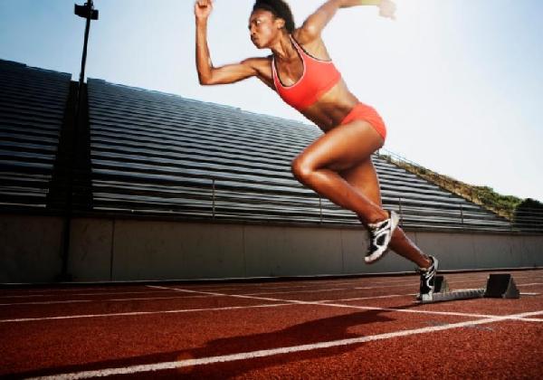 Na corrida de obstáculos também participam  mulheres  (Foto: Divulgação MdeMulher)
