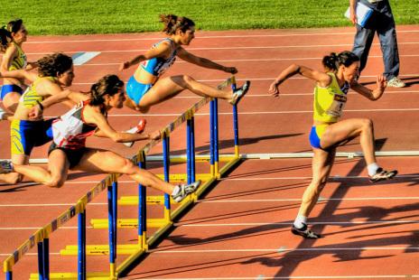 É preciso ter muito treino para a corrida de obstáculos (Fot: Divulgação Atletismo na Escola)