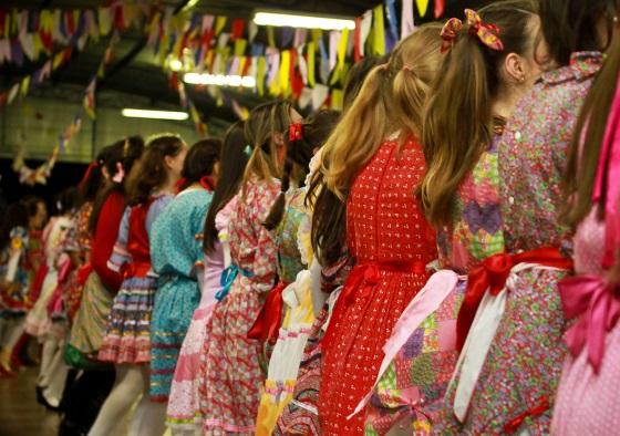 Muita gente se divertindo nas festas juninas de Poços de Caldas (Foto: Divulgação)
